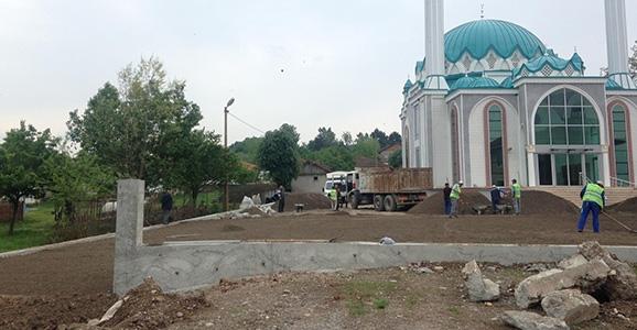 Hendek Belediyesinden Cami Bahçesine Düzenleme