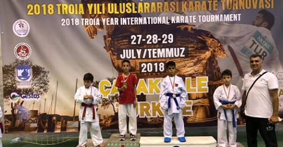 Hendekli Karateciler Kupa ve Madalyaları Topladı