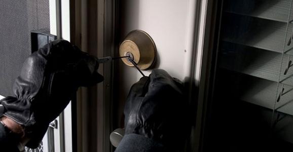 Hırsızlar Çok Sayıda Eşya Çaldı