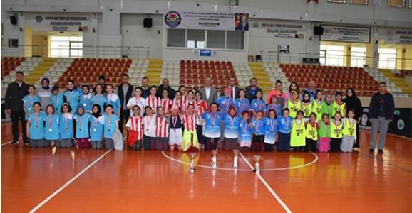 Kızlar Yakan Top'da Şehit Ahmet Özsoy İlkokulu Kazandı