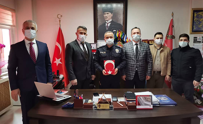 Ülkü Ocaklarından Müdür İlhan'a Kuran-ı Kerim ve Bayrak