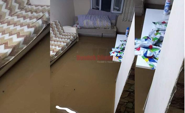 Sağanak Yağmur sonrası Bir Evi Su Bastı, Asfalt Çöktü