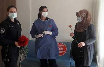 Polislerden Sağlıkçılara Çiçek Süprizi