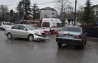 Hendek'te İki Otomobil Çarpıştı 2 Yaralı