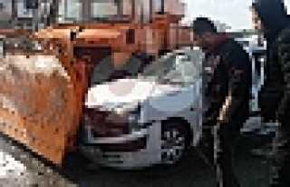 Karayolları Aracı İle Otomobil Çarpıştı