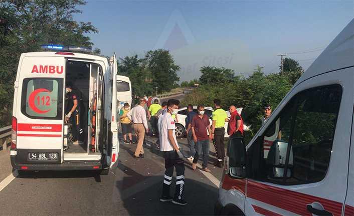 Servis Aracı ile Otomobil Çarpıştı, 4 Kişi Hastaneye Kaldırıldı